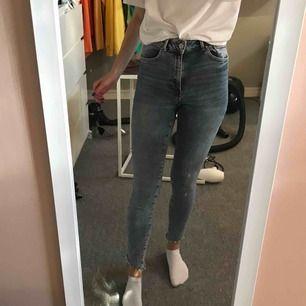 Jättefina tighta ljusa jeans från bikbok! Använda ca 5 gånger men använder inte de pga att har ändrat stil och har mer slappa jeans. Men mycket fina och bra passform! Frakten är redan inräknad i priset ❌Fraktar endast❌