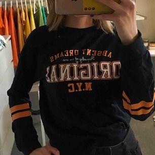 Cool sweatshirt med orange tryck! Använd fåtal gånger och använder inte denna mer, men annars mycket fin och inga fläckar eller hål:) Frakten är inräknad i priset ❌Fraktar endast❌