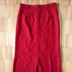 Sexig och sofistikerad kjol från Joy med slits både baktill och framtill 🔥🔥🔥🔥🔥🔥🔥🔥🔥🔥🔥🔥🔥🔥🔥    Kan användas med ett tunt skärp i hällorna 👍     Har använts av min mamma på 90-talet och aldrig av mig då den är för liten 😳  ❤️❤️❤️❤️❤️❤️❤️