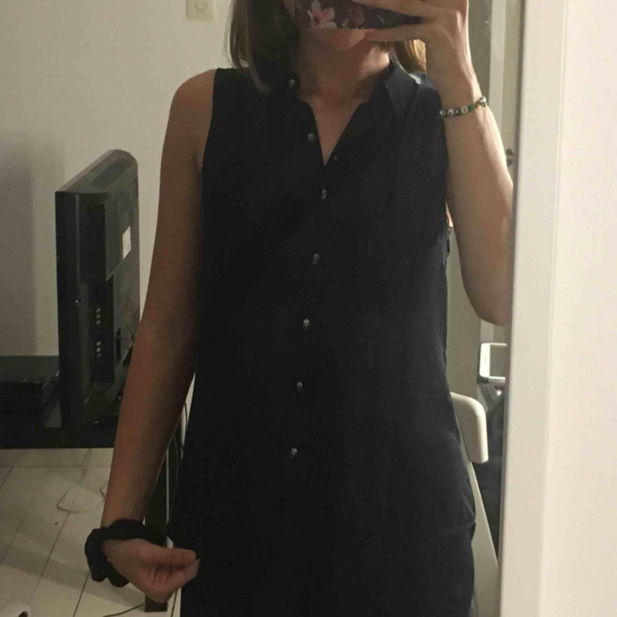 Väldigt snygg skjorta/topp med väldigt coola knappar som föreställer döskallar. Oanvänd men väldigt snygg, säljer pågrund av att det inte riktigt är min stil. . Toppar.