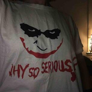 Väldigt cool tröja med Joker tryck. Inköpt från utomlands men kom inte till så mycket användning så säljer nu den.
