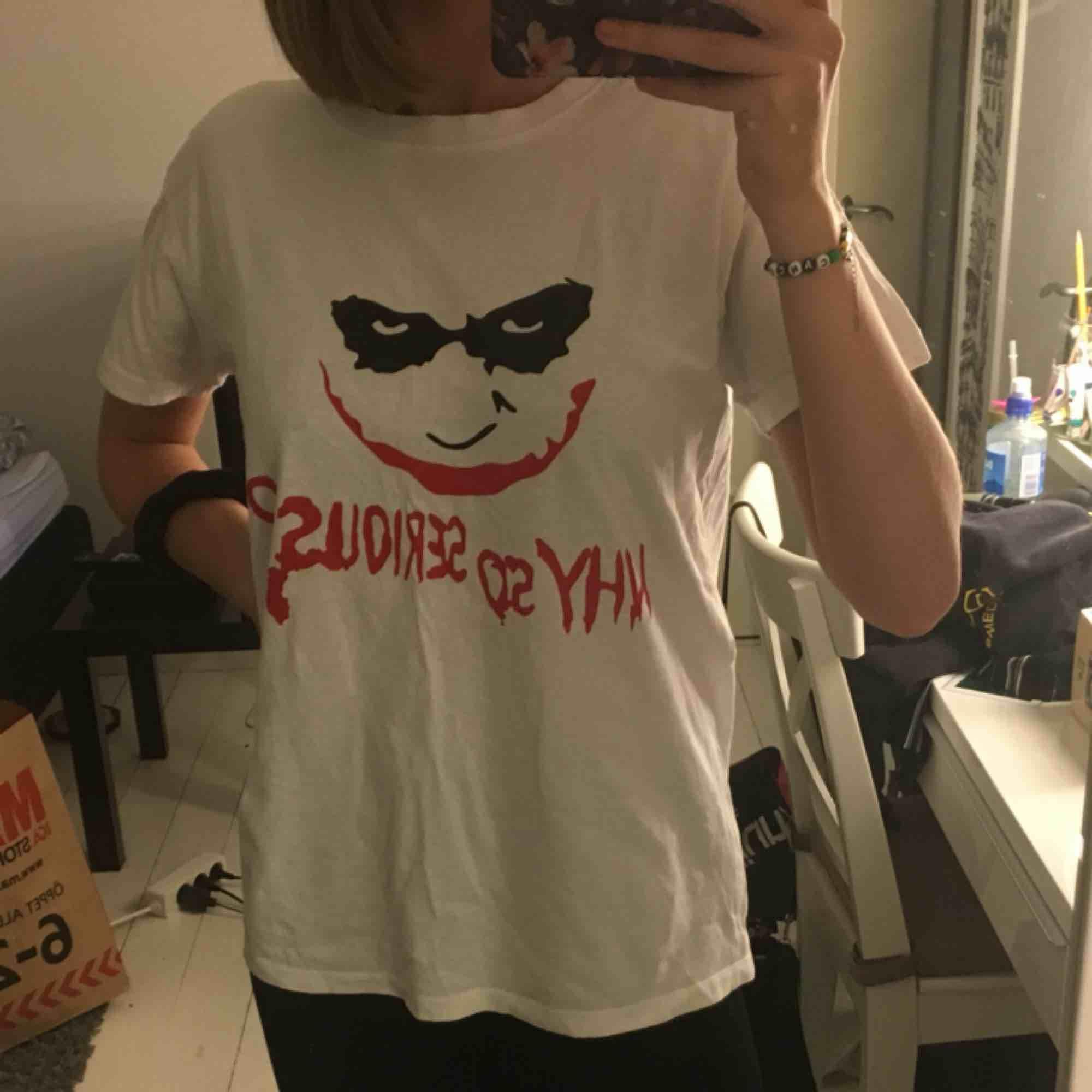 Väldigt cool tröja med Joker tryck. Inköpt från utomlands men kom inte till så mycket användning så säljer nu den. . T-shirts.