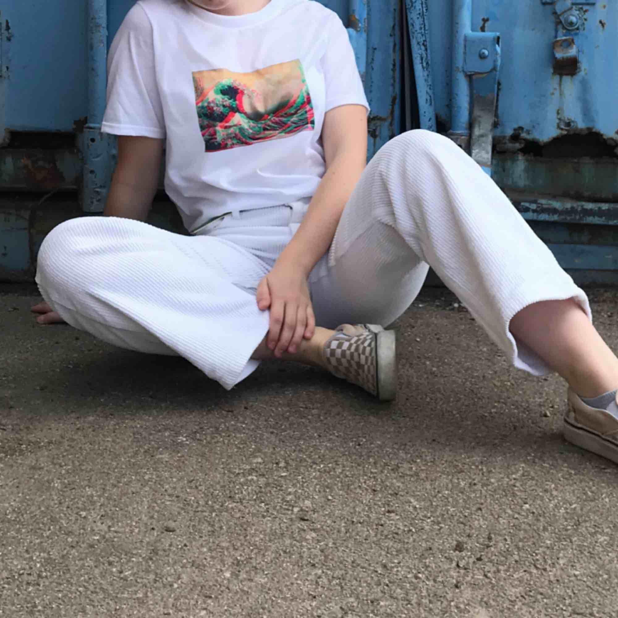 🧨THE GREAT *GLITCHY* WAVE TEE 💥Finns i S-XL i en unisex modell🧨Kontaka via plick eller maila theteeandtee@gmail.com för att beställa💥🧨GRATIS frakt över hela landet!. T-shirts.