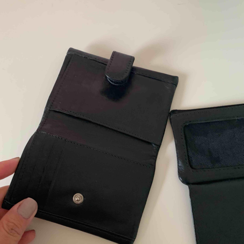 Oanvänd liten smidig plånbok. i Äkta mjuk läder. Kan  skickas pm för mer info nypris 289. Väskor.