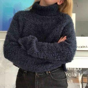 väärldens mysigaste tröja:)) inte så varm som den ser ut så funkar även på sommaren!! den var lång men är avklippt så den har ingen fåll menmen. 🍋FRAKT INGÅR🍋