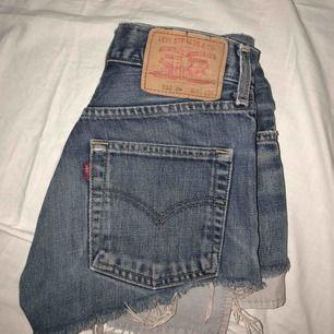 Levis shorts!  W/L har gått bort men i annan storlek är dom ungefär 34 Nypris runt 500kr Buda!!