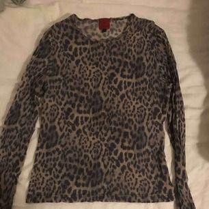 Säljer en leopard mesh tröja strl M/L