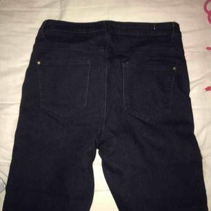 Säljer ett par mörkblåa skinny jeans, supersköna! Pris kan diskuteras, kan mötas upp och frakta men då står köparen för frakt :)