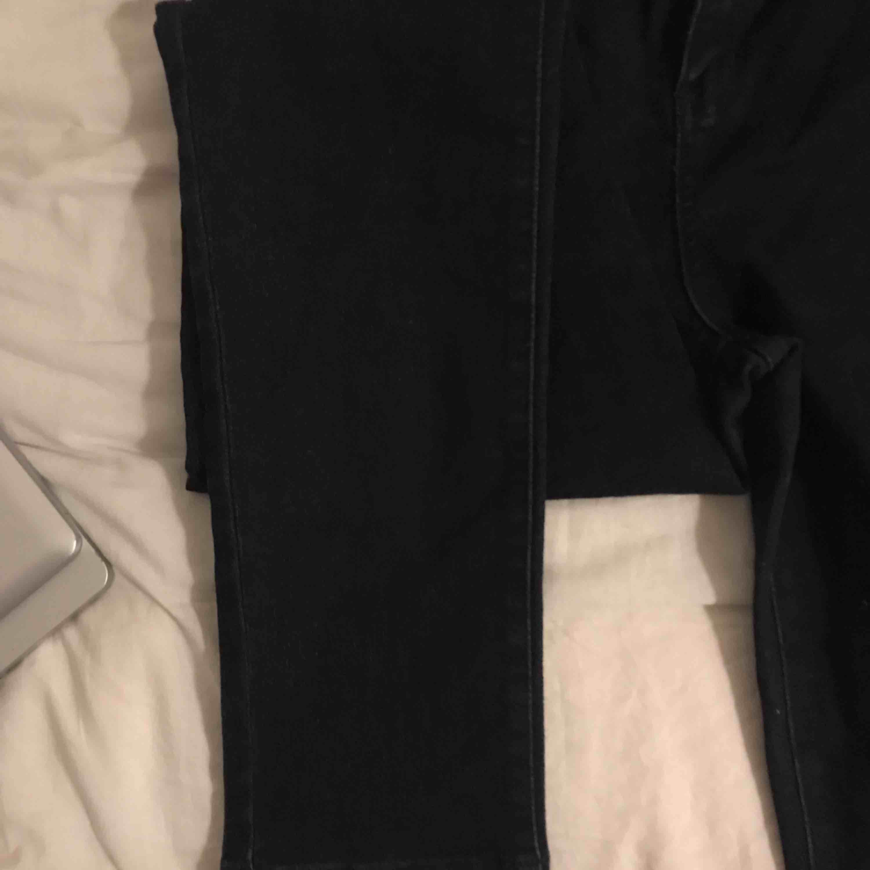 Säljer ett par mörkblåa skinny jeans, supersköna! Pris kan diskuteras, kan mötas upp och frakta men då står köparen för frakt :) . Jeans & Byxor.