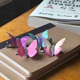 hjärtformade fluffiga örhängen 40kr, halsbandet m texten extra 50kr, 4 fjärilshårspännen 25kr, alltihopa för 90kr