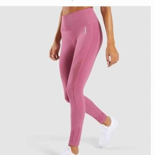 Pågrund av fel köp säljer jag två par gymshark energy+ seamless leggings i färgen dusky pink. Helt oanvända, tag och påse finns kvar. Finns i både xs/s. 400kr st