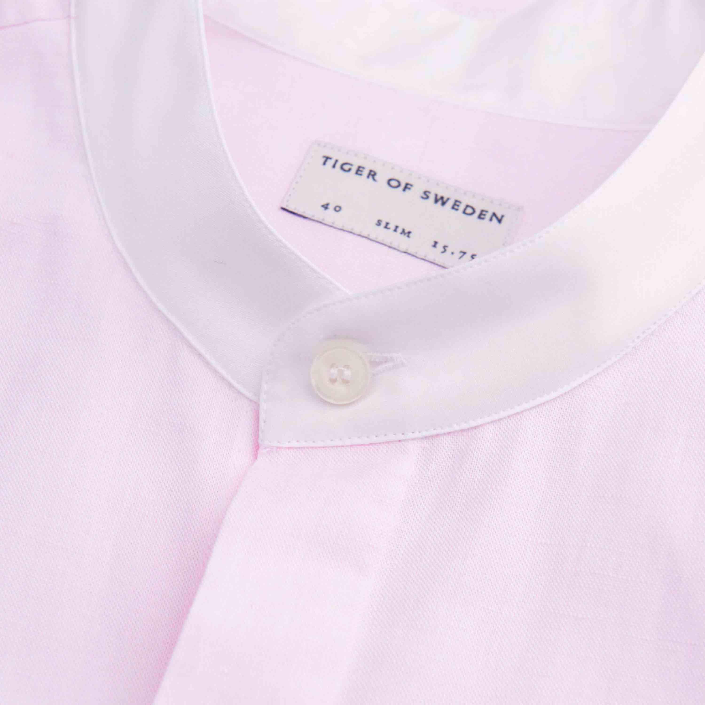 Rosa linneskjorta från tiger of sweden med murarkrage. Använd ett fåtal gånger. Herrmodell i medium men använts som oversize med uppfyllde ärmar. . Skjortor.