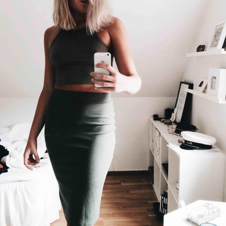 Tvådelat set från H&M i en fin grön färg. Väldigt skönt stretchigt material. Knappt använt. Topp strl S kjol strl M.. Kjolar.