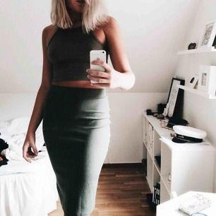 Tvådelat set från H&M i en fin grön färg. Väldigt skönt stretchigt material. Knappt använt. Topp strl S kjol strl M.