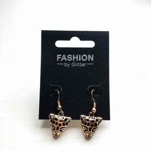 Oanvända örhängen. De är guldiga med leopard motiv. Kan frakta eller mötas i Stockholmområdet