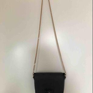 Sidoväska från Zara med guldkedje-axelband. Trollsländan på väskan har dock tappat en pärla i mitten! Väskan har ett fack och inga fickor! Köparen står för frakt <3