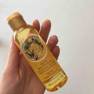 The Body Shop Olive Beautifying Oil 100 ml. Använd två-tre gånger. 🌻  Frakt ingår ej. Jag tar swish. 😊