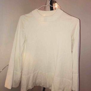 Stickad tröja i storlek xs med vida armar. Inte använd särskilt mycket och därmed fint skick. Frakt tillkommer