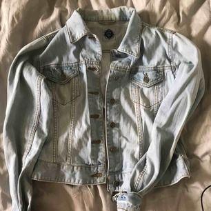 Ljusblå jeans jacka som ja nt vet vart den kommer ifrån. Säljer för den inte kommer till användning av mig, Jätte snygg nu till sommaren 🤪