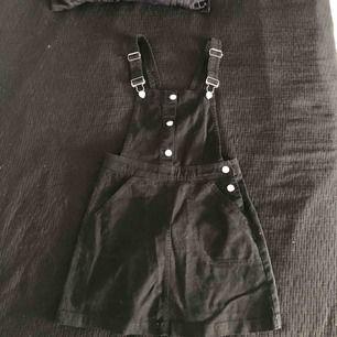 Hängselklänning från H&M, i nyskick.