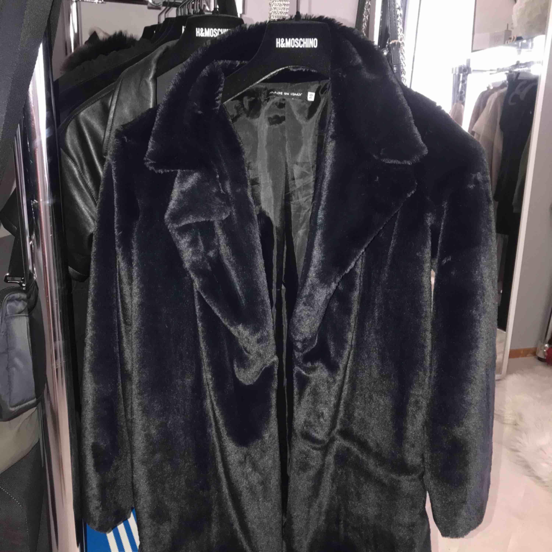 Fluffig kappa från Madlady. Endast använd 1 gång och säljes pga ingen användning.. Jackor.