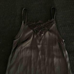linne i silkesmaterial med spets framtill, oanvänt