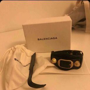 Balenciaga armband, svart med guldiga detaljer, storlek M