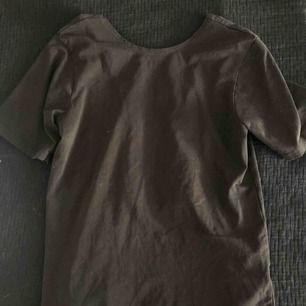 svart tshirt med coolöppning baktill med två stretchiga remmar