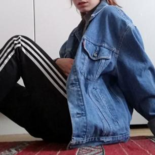Vintage blå stone washed jeansjacka köpt secondhand från Levi's. Stl L men tycker den är perfekt oversize på mig som har XS så passar nog de flesta, känns väldigt unisex. Herrjacka stl L men passar såklart även dam under stl L! Frakt 63 kr.