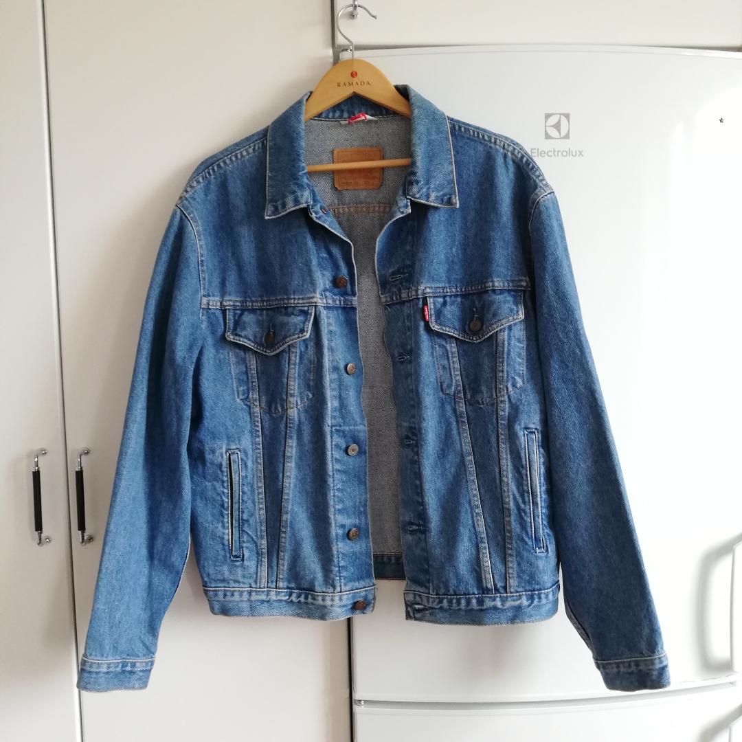 Vintage blå stone washed jeansjacka köpt secondhand från Levi's. Stl L men tycker den är perfekt oversize på mig som har XS så passar nog de flesta, känns väldigt unisex. Herrjacka stl L men passar såklart även dam under stl L! Frakt 63 kr.. Jackor.