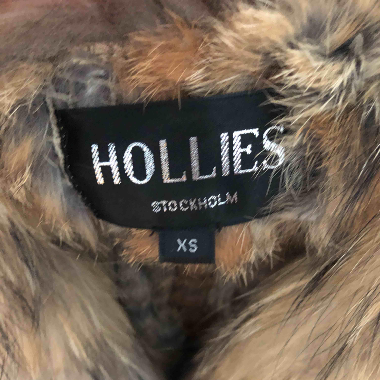 Äkta Hollies pälsväst Som ny, använd 1 gång Storlek XS Nypris ca 1600kr . Toppar.