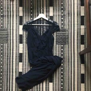 Mörkblå långklänning som medverkat som brudtärneklänning på min systers bröllop, i övrigt oanvänd. Fotsid och perfekt till bröllop/bal/högtider.