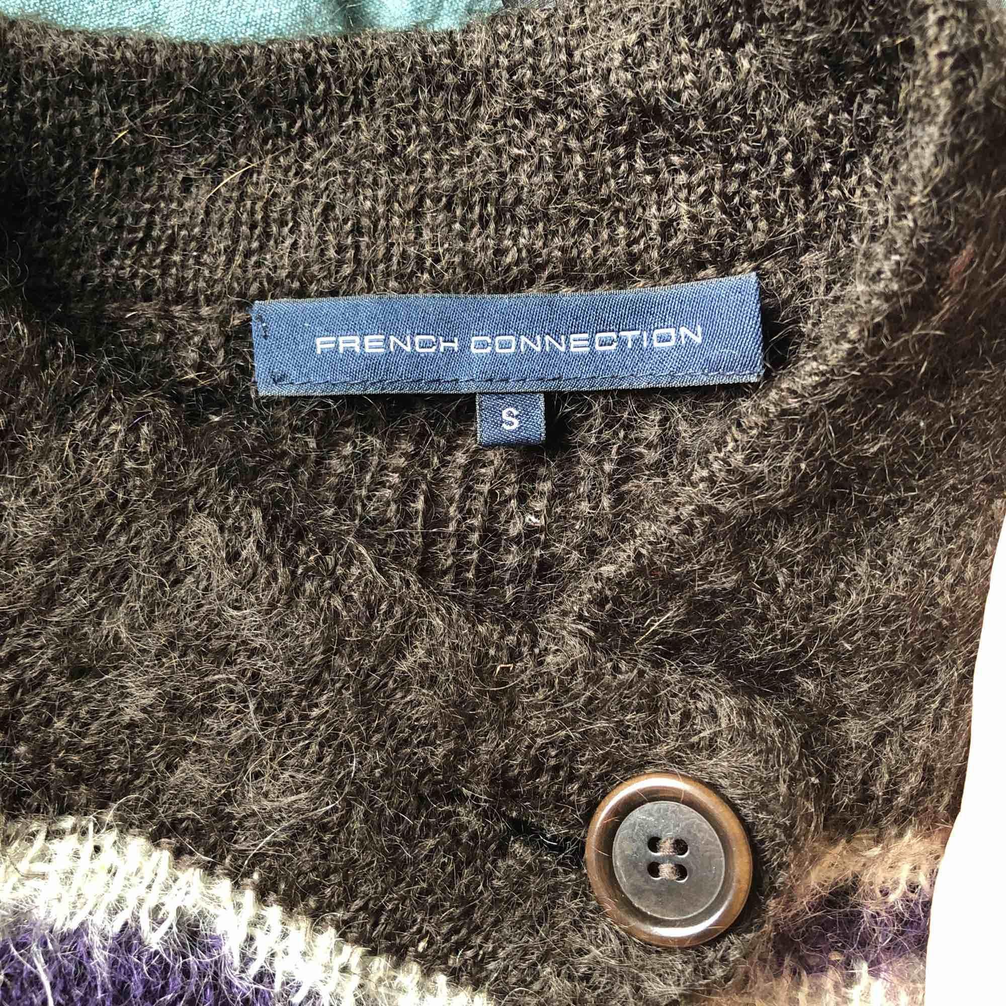 Älskar denna!! Fluffig unik kofta som e såå söt<3 knäpps med en knapp som man ser på bilden. Från French Connection. 73% mohair och 27% nylon i de finaste färgerna 🖤💜💙. Tröjor & Koftor.