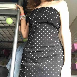 Extremt söt klänning med 50-tals vibbar! Köpte på loppis och har aldrig använt den.