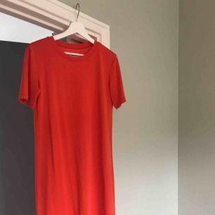 T-shirtklännimg från Weekday. Orange och hur skön som helst att bara dra på sig när det är varmt!