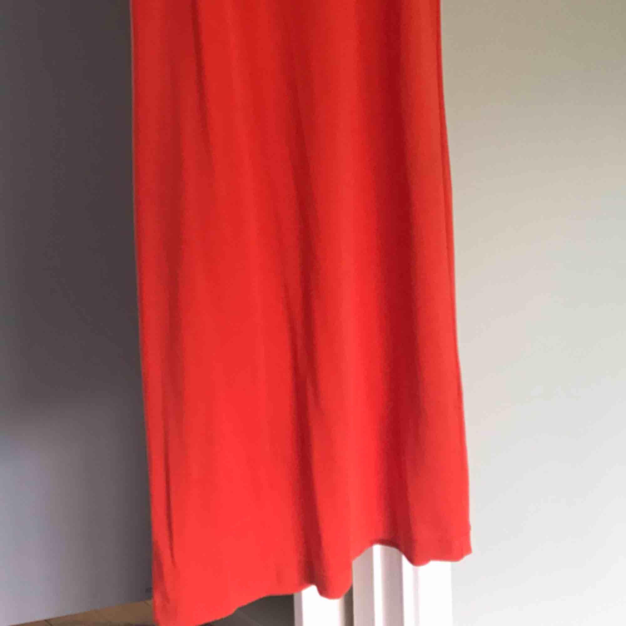 T-shirtklännimg från Weekday. Orange och hur skön som helst att bara dra på sig när det är varmt! . Klänningar.