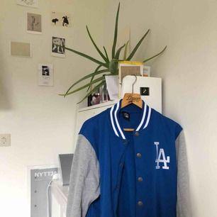 Stor o skön Los Angels Dodgers varsity tröja! Jäääättemjuk på insidan!! 💙⚾️