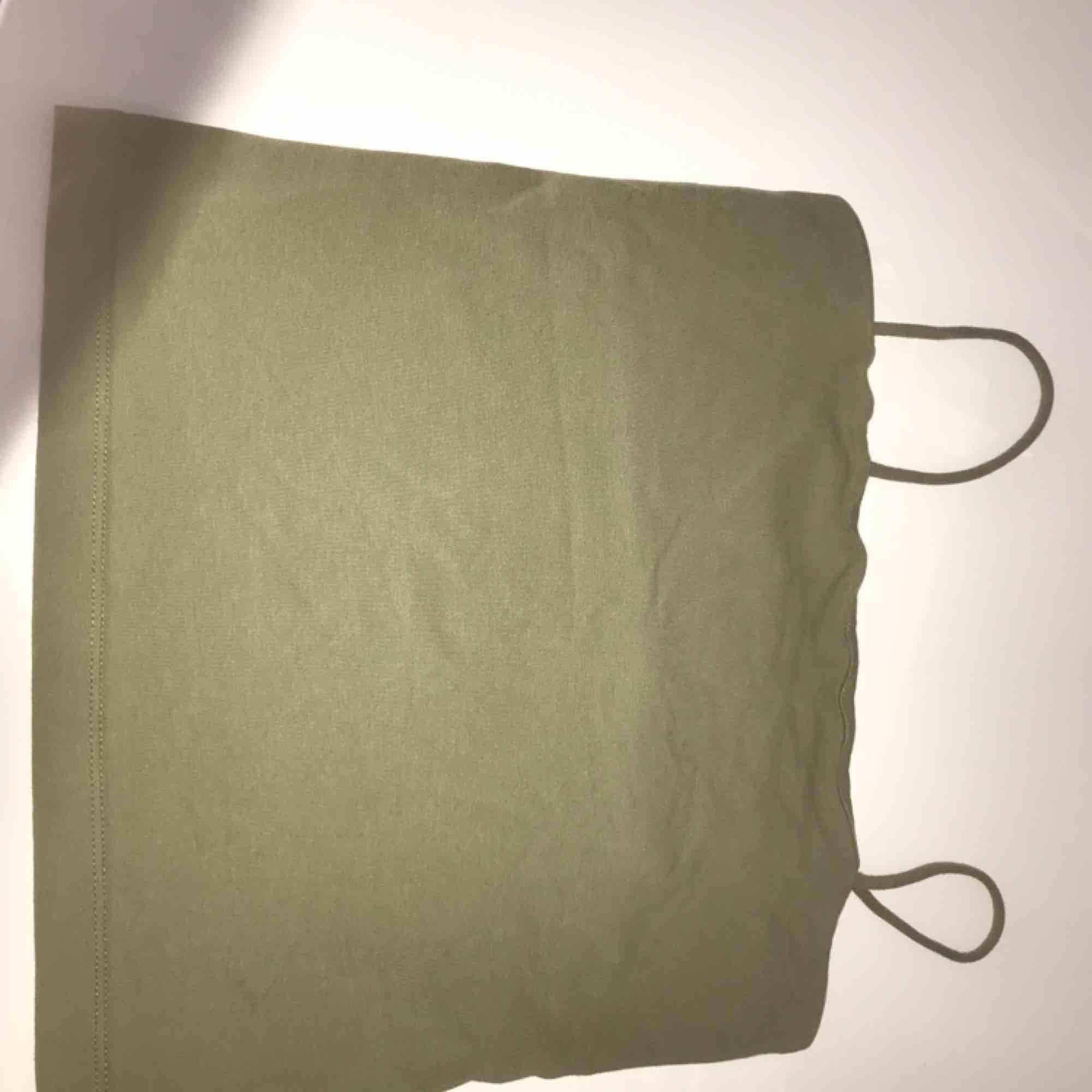 Säljer ett linne ifrån Gina tricot  eftersom att det inte säljs längre så säljer jag det för 50kr ny pris är 100kr. Toppar.
