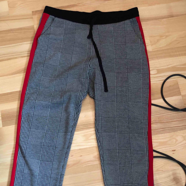 Snygga byxor köpta i Paris från Zara med röd rand och rutigt mönster. . Jeans & Byxor.