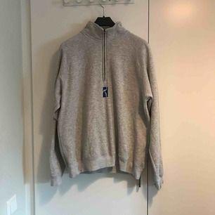 Skön quarterzip tröja från svenska skateboardmärket Poetic. Storlek Large. Möts upp i Stockholm alternativt postar, köpare står för frakt. Har du några frågor är det bara skicka ett meddelande.
