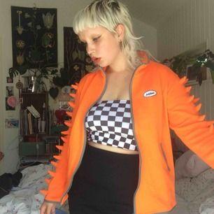 Super trendig kofta i neon orange, perfekt för att dra ut och ravea. 👽