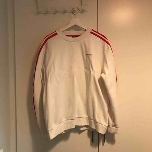 Klassisk Adidas tröja i storleken M. Använd en gång. Finns i Stockholm alternativt postar, köpare står för frakt.
