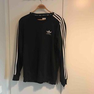 Skön tröja från Adidas Skateboarding i mycket bra skick. Storlek M. Finns i Stockholm alternativt postar, köpte står för frakt.