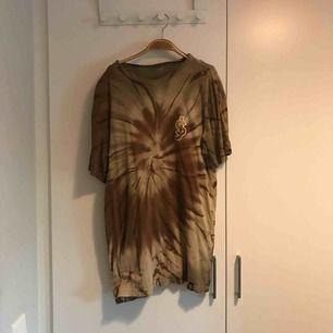 T-shirt i storleken M från amerikanska skateboardmärket Shake Junt, mycket bra skick. Finns i Stockholm alternativt postar, köpare står för frakt.