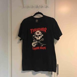 Ovanlig T-shirt från Thrasher. Mycket bra skick. Finns i Stockholm alternativt postar, köpare står för frakt.