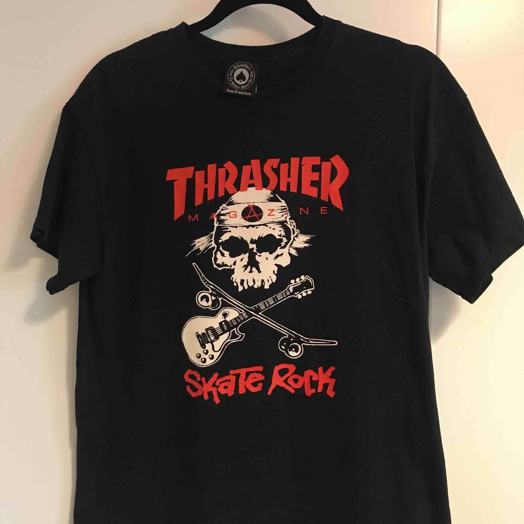 Ovanlig T-shirt från Thrasher. Mycket bra skick. Finns i Stockholm alternativt postar, köpare står för frakt. . T-shirts.