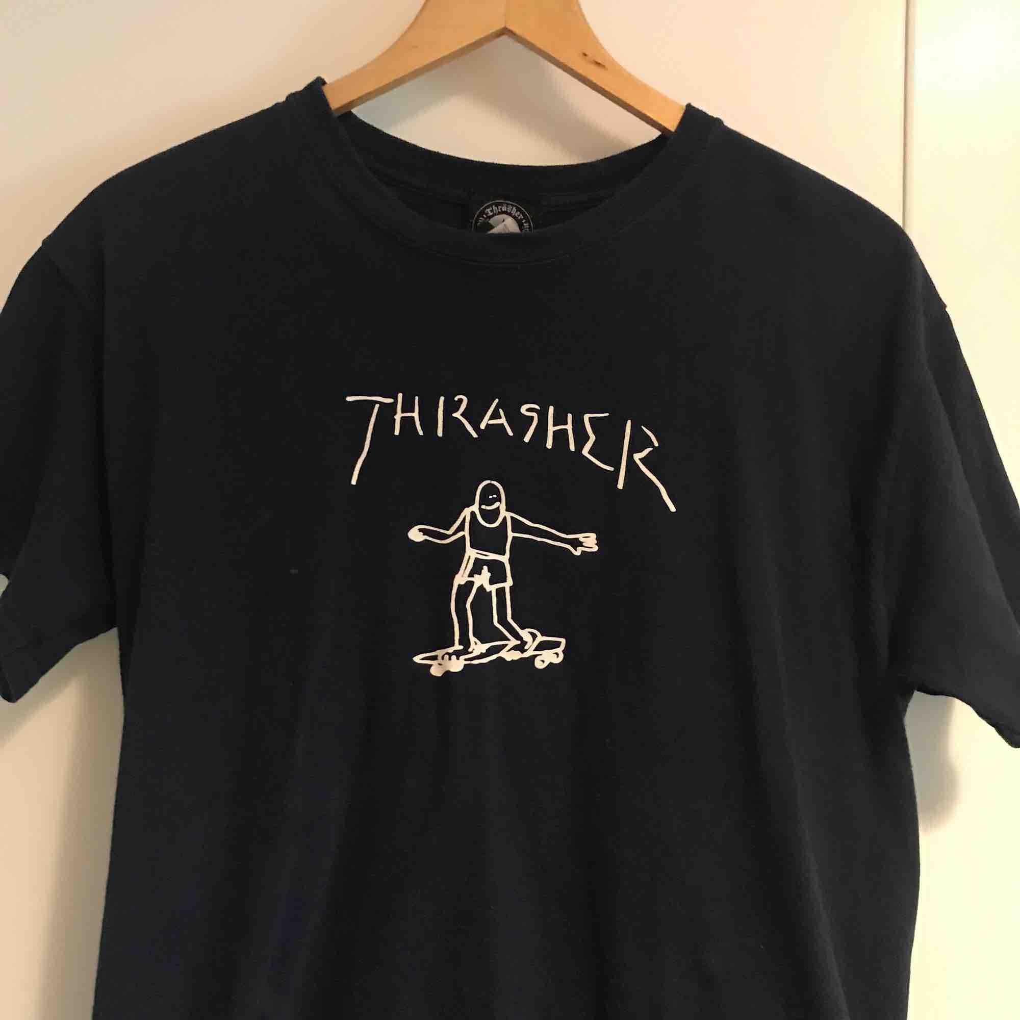 Ovanlig T-shirt från Thrasher i mycket bra skick. Finns i Stockholm alternativt postar, köpare står för frakt.. T-shirts.