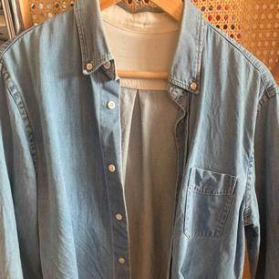 Acne-jeansskjorta. Lapp i nacke saknas då den fallit bort i tvätten. Storlek S, men sitter mer som en M.