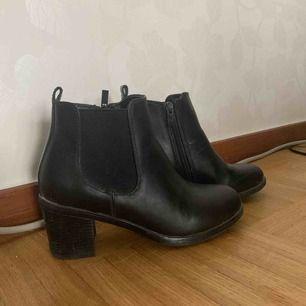 Ett par svarta boots från din sko i storlek 36. Säljer pga att jag bara använt dem ett par gånger