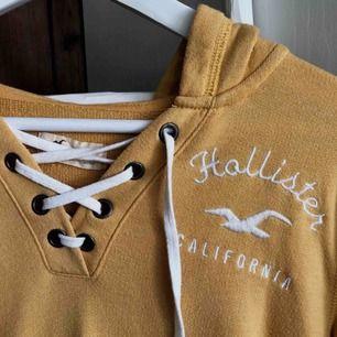 Gul tunnare hoodie från Hollister med snygg snörnings detalj i fram. Den används inte lika mycket som den förtjänar så därför säljer jag den🐝 Köparen står för fraktkostnaden
